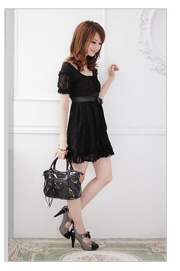 С короткими рукавами кружевном платье черного.