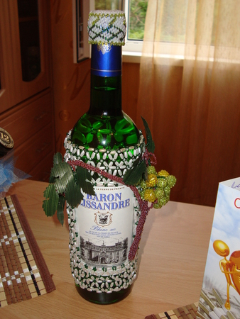 Источник.  BabyBlog.  Вот такое украшение из бисера получилось на бутылку вина.