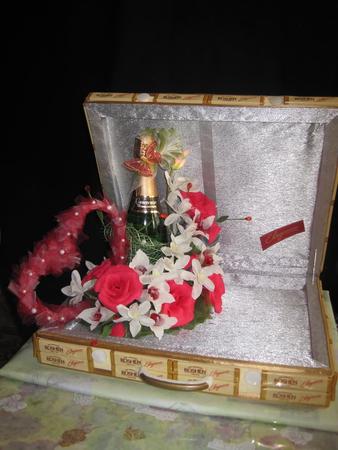 Подарок на свадьбу из конфет и денег