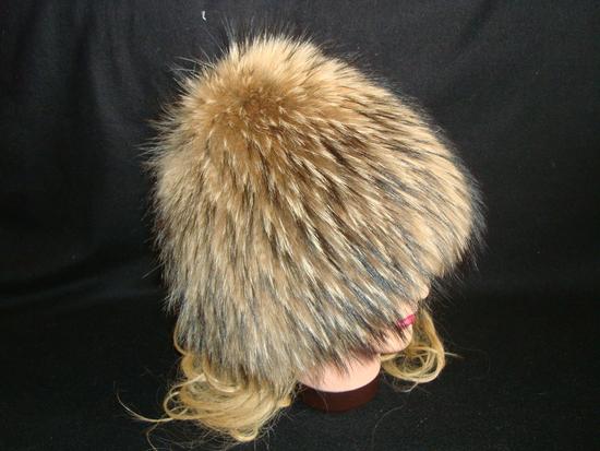 Шапка из енота: на шерстянную шапку крепятся полоски из меха.