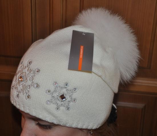 ...вязанная шапка с большим помпоном.  Белого цвета!Возможно с бежевым...