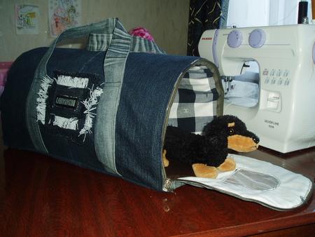...в своем доме и сшила вот такой дом, он же сумка-переноска для кота))).